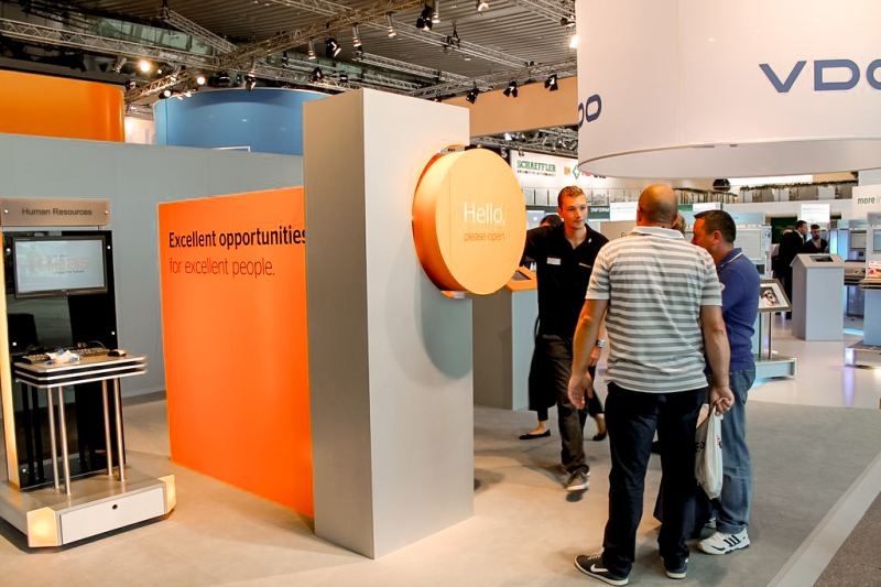 Messeaktion mit Standpersonal und Messebesucher bei Continental Messestand